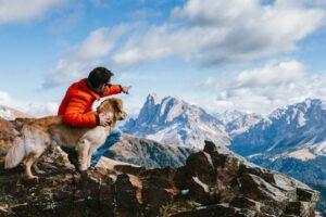 Hund und Mann in den Bergen